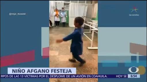 Niño afgano celebra con baile entrega de su nueva pierna