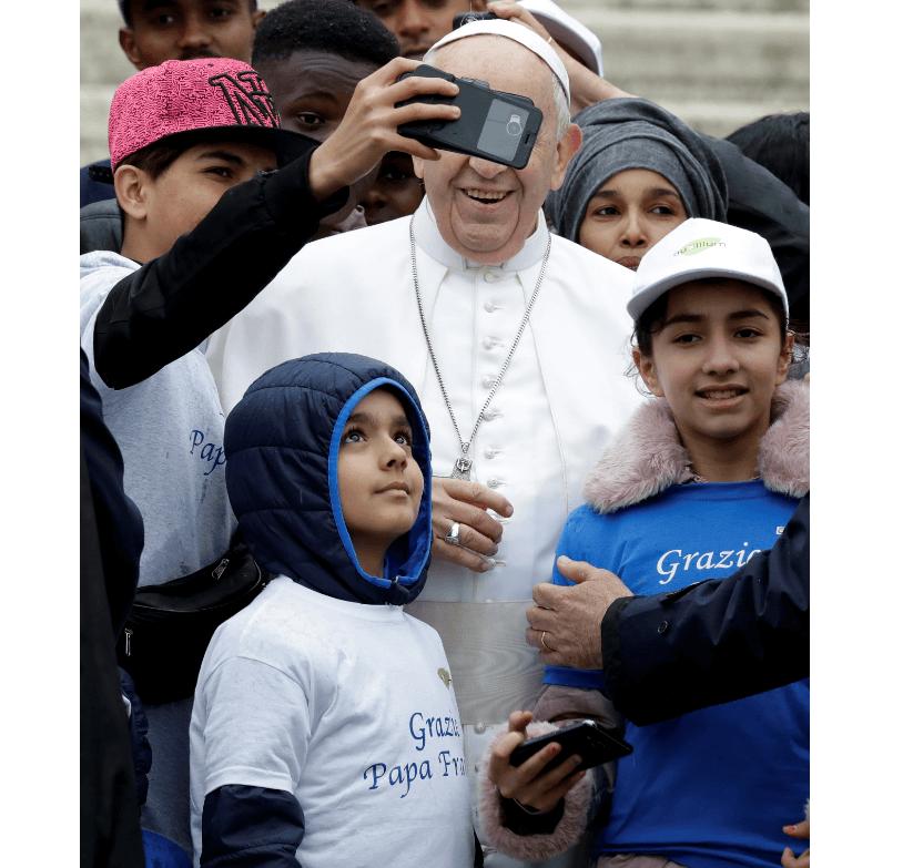 Foto: Niños migrantes se toman selfie con el papa, 15 de mayo de 2019, Vaticano