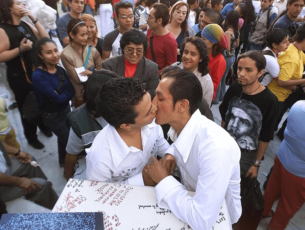 Foto: Pareja gay se besa durante una ceremonia de matrimonio el 14 de febrero de 2003, Ciudad de México