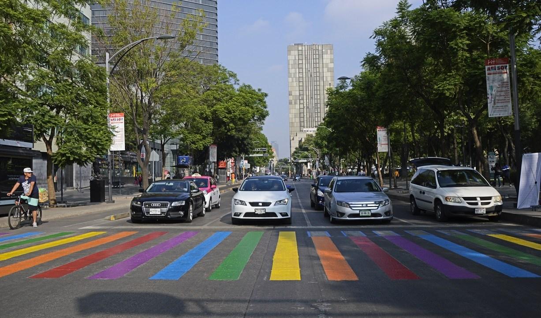 foto Colores de bandera gay iluminan paso peatonal en CDMX 31 mayo 2019