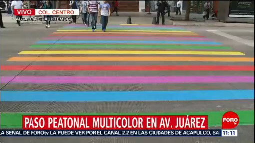 Paso peatonal multicolor en avenida Juárez por Día contra la Homofobia