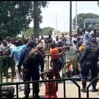 Haitianos y africanos pelean por atención migratoria en Tapachula
