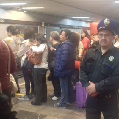 Mujer se asoma y vagón del Metro CDMX le golpea la cabeza