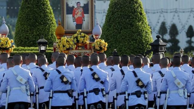 El rey de Tailandia concede un indulto masivo antes de su coronación