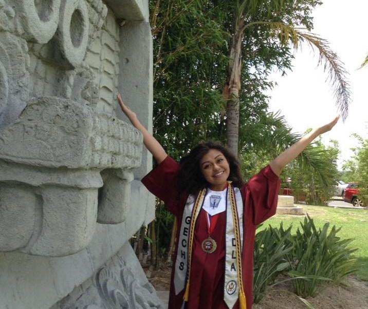 fd7e1b4ed Estudiante cruza la frontera para que su padre la vea con toga de graduación