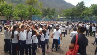 Foto: En Nicaragua alumnos de primaria salen de manera ordenada a la zona de evacuación durante el sismo, 16 mayo 2019