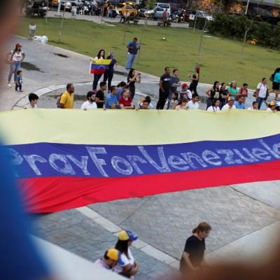 Venezuela vive jornada de incertidumbre, violencia y desilusión tras llamado de Guaidó para derribar a Maduro