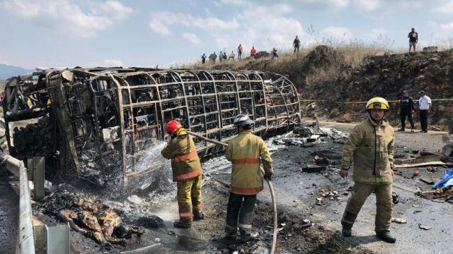 Con rezos, familiares esperan cuerpos de víctimas del accidente carretero en Veracruz