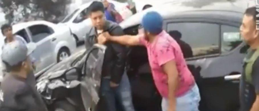 Foto Hombres golpean a automovilista en Naucalpan, Edomex 24 mayo 2019