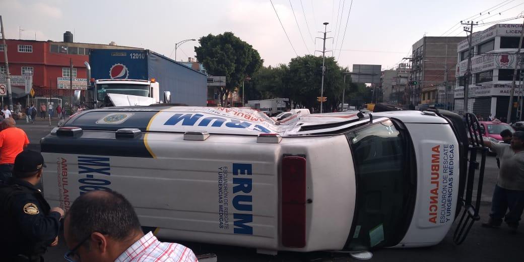 Foto: Vuelca ambulancia del ERUM tras choque con camión repartidor de refrescos, 24 mayo 2019