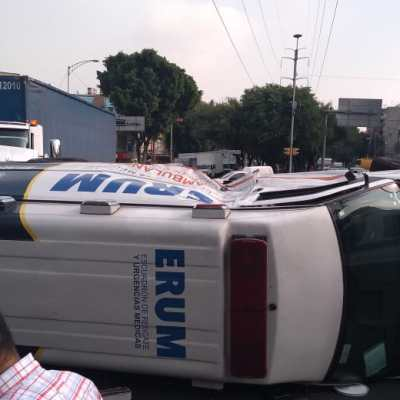 Vuelca ambulancia del ERUM tras choque con camión repartidor; dos heridos