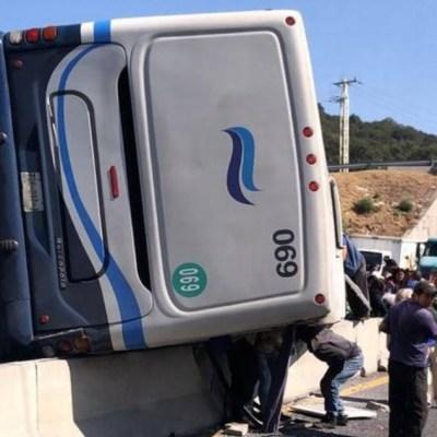 Volcadura de camión de pasajeros en Edomex deja 20 heridos