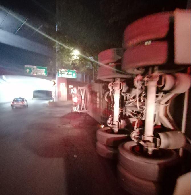 Foto: Vuelca tráiler que transportaba varias toneladas de tarimas en el cruce de Periférico y Conscripto, CDMX, 25 mayo 2019