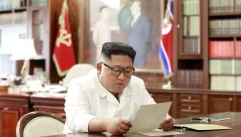Foto: El líder norcoreano Kim Jong Un lee una carta del presidente de los Estados Unidos, Donald Trump, en Pyongyang, junio 22 de 2019 (Reuters)