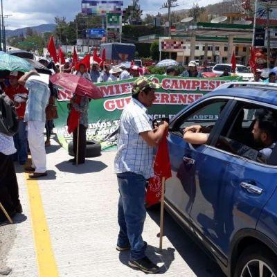 Campesinos bloquean la Autopista del Sol para exigir entrega de fertilizantes