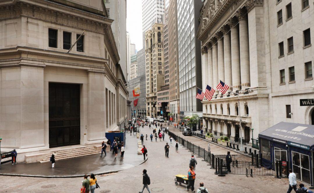 Foto: La gente camina por la Bolsa de Nueva York (NYSE), Estados Unidos, junio 12 de 2019 (Getty Images)