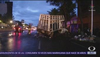 Choque de camión de limpia se registra en Calzada de Tlalpan, CDMX