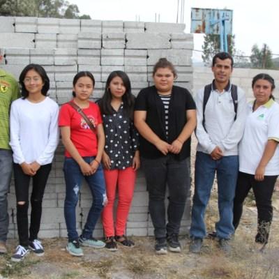 Estudiantes donan beca de AMLO para construir escuela; retan a políticos a sumarse