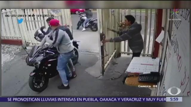 Delincuentes roban motocicleta de estacionamiento en calzada de La Viga, CDMX