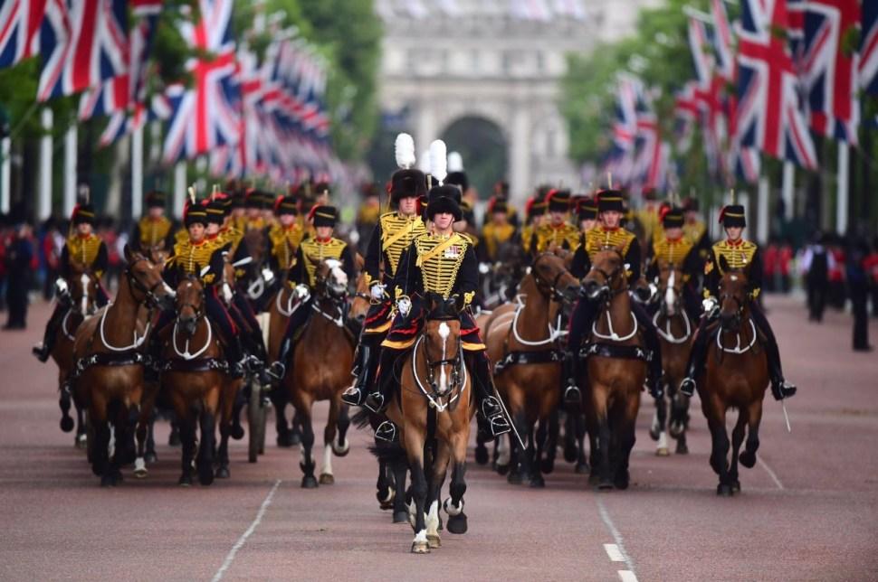 Foto:Alrededor de 1,400 soldados con sus abrigos escarlatas ceremoniales y sus sombreros de piel de oso desfilaron ante la reina, 8 junio 2019