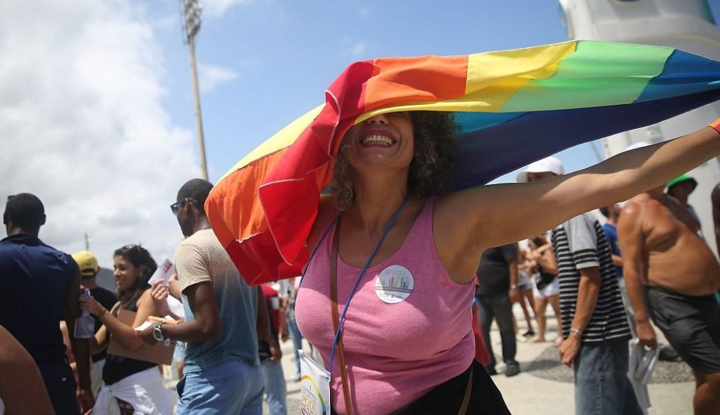 Foto: Una mujer ondea una bandera arcoíris durante el Desfile del Orgullo Day en Río de Janeiro, Brasil. El 16 de noviembre de 2014