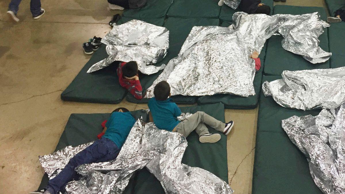 Foto: Varios niños migrantes descansan sobre colchonetas en jaulas en un centro de detención en McAllen, Texas, EEUU. El 17 de junio de 2018