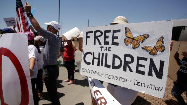 Foto: Activistas protestan afuera de un centro de detención para migrantes en Clint, Texas, EEUU. El 27 de junio de 2019