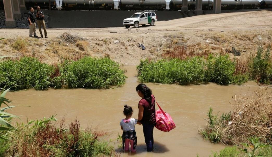 Foto: Migrantes esperan a las orillas del Río Bravo antes de cruzar ilegalmente a Estados Unidos desde Ciudad Juárez, México. El 11 de junio de 2019