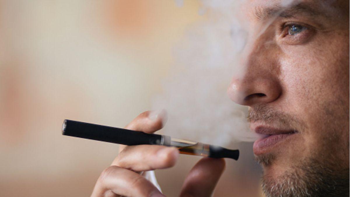 Foto: Un hombre fuma desde un cigarro electrónico