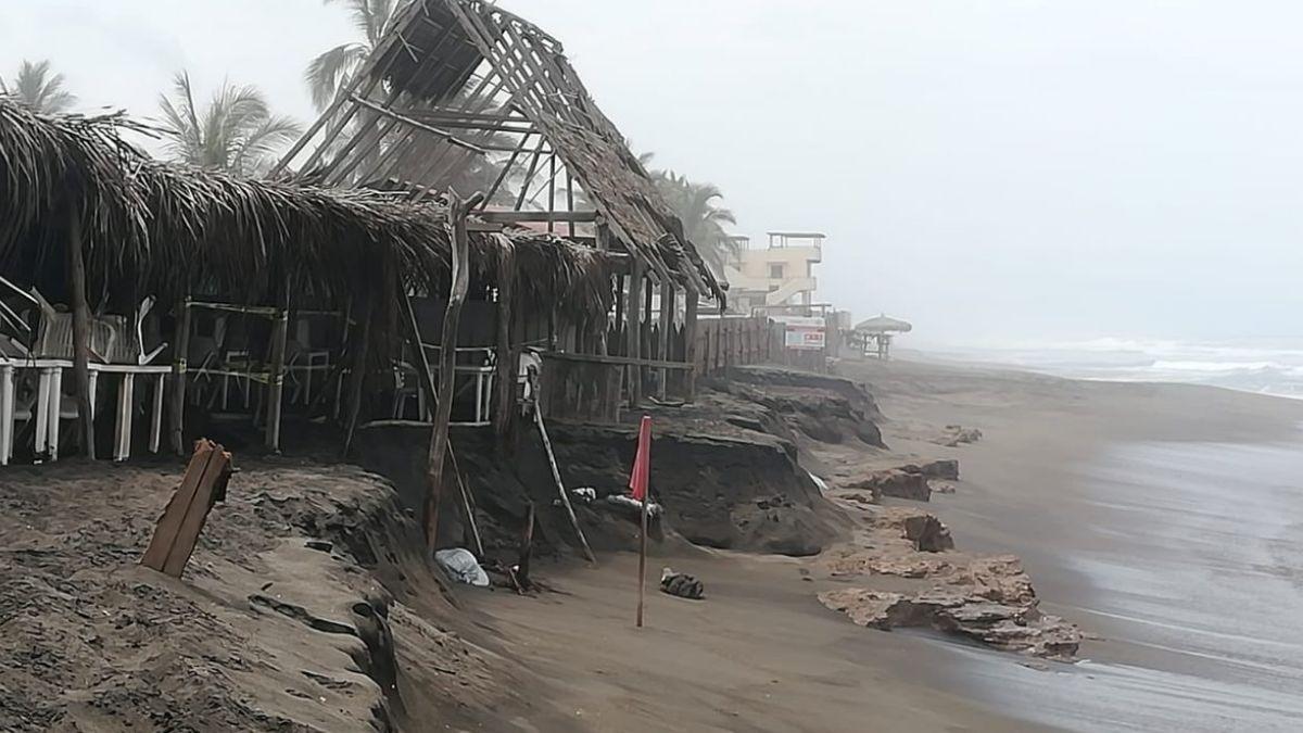 Foto: Olas de hasta 5 metros de altura causaron daños en viviendas y un restaurante en la playa de El Real, municipio de Tecomán, Colima. El 24 de junio de 2019