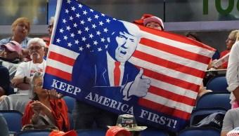 Foto: Seguidores sostienen una bandera de Estados Unidos con el rostro del presidente Donald Trump en Florida. El 18 de junio de 2019