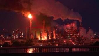 Fuerte incendio arde en refinería de Filadelfia; la más grande de costa este de EEUU