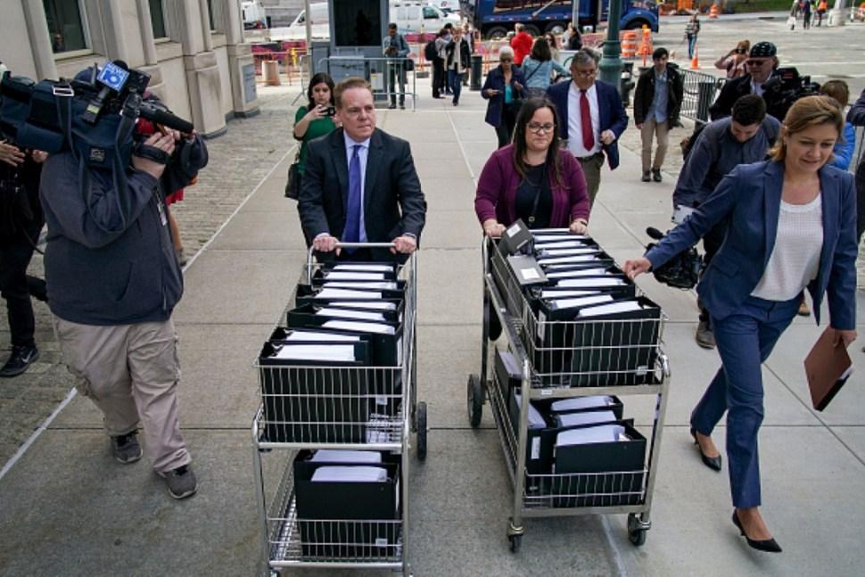 Imagen: Abogados llevan testimonios en el juicio de Keith Raniere, el 21 de junio de 2019 (Reuters)