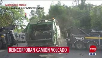 Levantan camión de carga volcado en Miguel Hidalgo