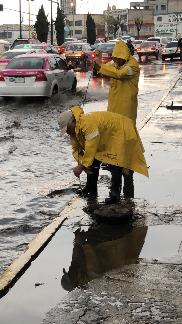 FOTO Lluvias dejan encharcamientos, tiran árboles y postes en CDMX (Noticieros Televisa)