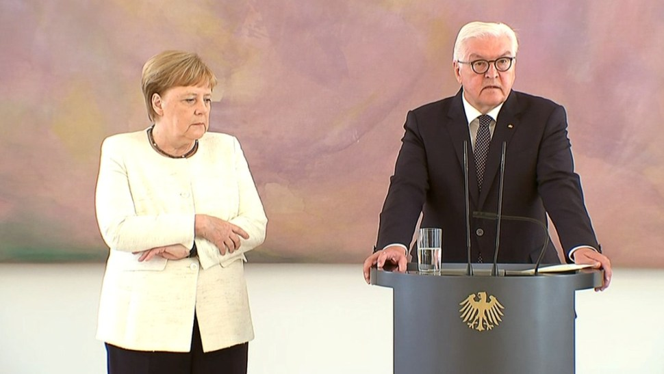 Video: Captan a Merkel temblando otra vez