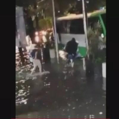 Video: Por las inundaciones cargan a sus familiares para subirlas al camión