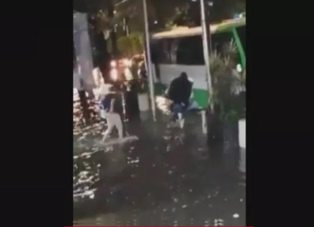Foto: Fuertes lluvias originan inundaciones en la Calzada de Tlalpan, en la CDMX; algunos hombres cargaron a sus familiares para subirlos a las unidades del transporte público, 14 junio 2019