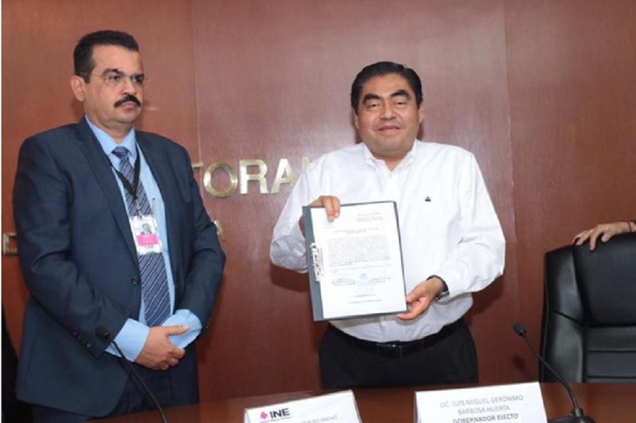 Foto: Luis Miguel Barbosa recibió la constancia como gobernador electo de Puebla, 13 de junio 2019. Twitter @ExpPolitica