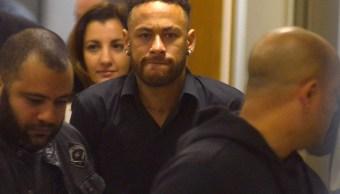Foto: El futbolista brasileño Neymar abandona la estación de policía luego de testificar en Río de Janeiro, junio 8 de 2019 (Reuters)