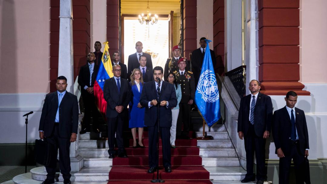 Foto: El gopresidente venezolano, Nicolás Maduro (c), habla tras su reunión con la alta comisionada de Naciones Unidas para los derechos humanos, Michelle Bachelet, 22 junio 2019