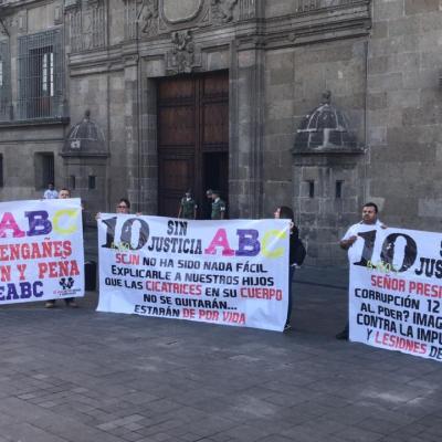 Padres de víctimas de la Guardería ABC protestan frente a Palacio Nacional