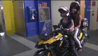 Paola Rojas se sube a la moto con Ayleen Martínez