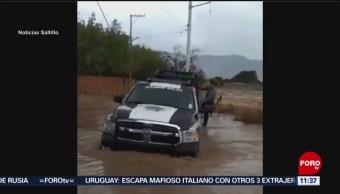 Policía ayuda a personas atrapadas en inundación en Saltillo, Coahuila