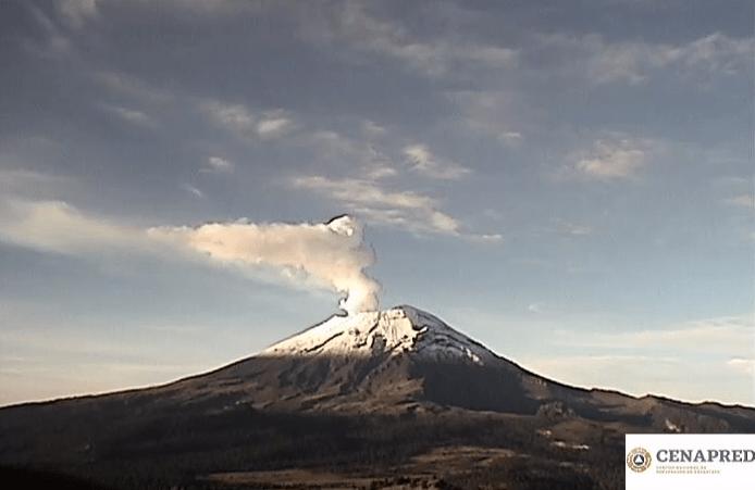 FOTO Volcán Popocatépetl amanece nevado, emite exhalación de 800 metros de altura (Cenapred 19 junio 2019 puebla)