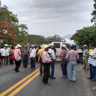 Campesinos bloquean carretera Iguala-Chilpancingo por fertilizantes