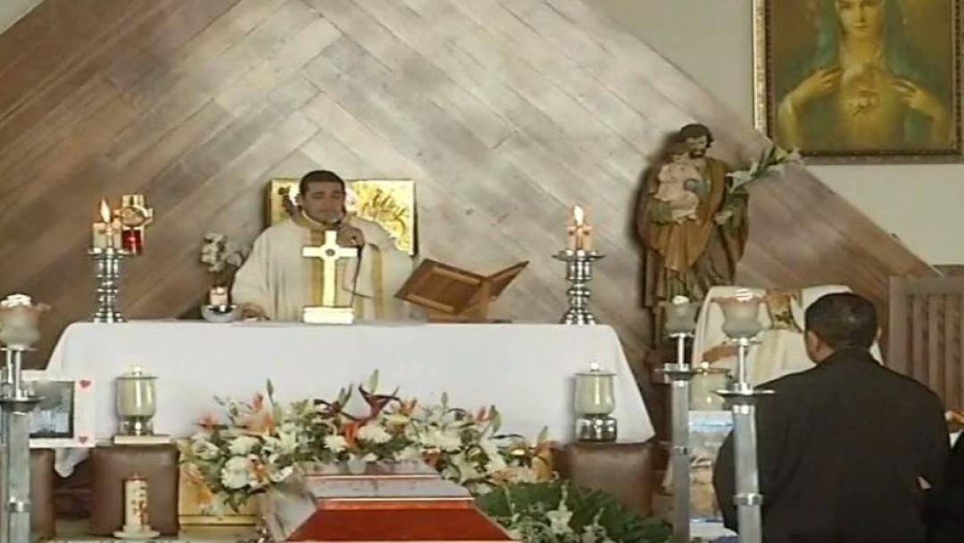 El párroco ofició la misa de despedida con el cuerpo presente de Leonardo. (Foto: @HuellasMx)