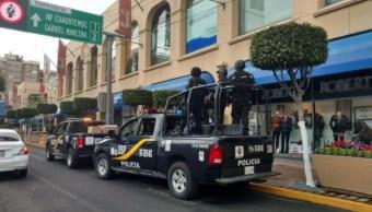 Foto: Dos patrullas de la SSP-CDMX vigilan el exterior de una plaza comercial, 23 junio 2019