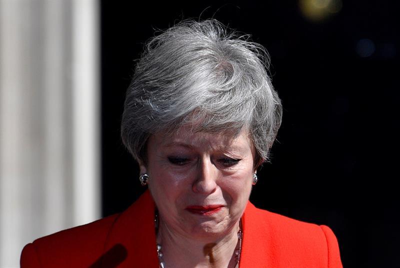 Foto Theresa May firma carta de dimisión del Partido Conservador 7 junio 2019