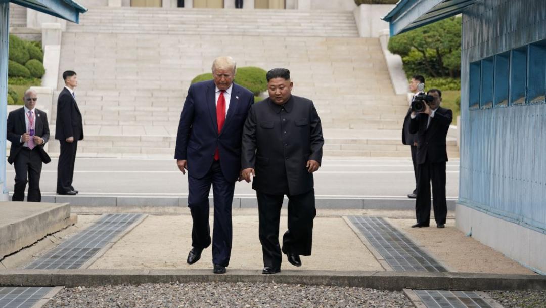 Foto: Tras saludarse con un apretón de manos, Trump y Kim intercambiaron unas breves palabras, el 30 de junio de 2019 (Reuters)